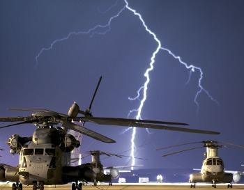 Молния возле самолета