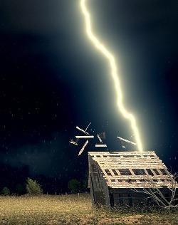 Попадание молнии в дом